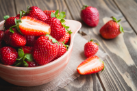 Keep ripening strawberries clean with a thick layer of straw